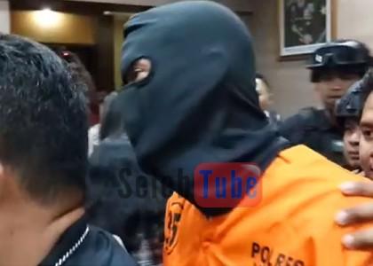 Menggunakan topeng hitam Tora Sudiro sapa ramah rekan media (@selebtube.com)